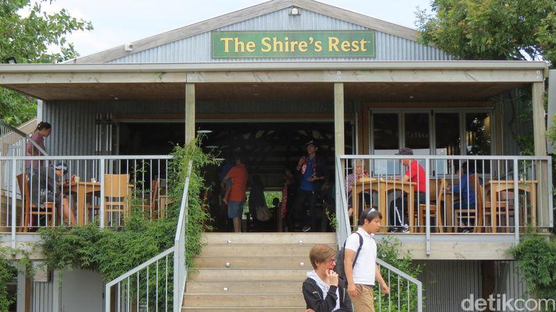 Wisatawan memulai kunjungan mereka dari The Shires Rest. Ini adalah cafe di pinggir peternakan keluarga Alexander di Matamata (Fitraya/detikTravel)