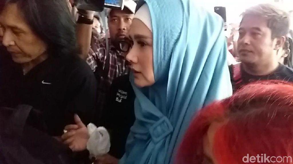 Gaya Mulan Jenguk Dhani, Masuk Lepas Masker Keluar Tutup Wajah