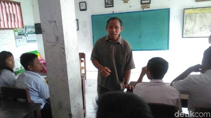 Guru honorer di SMP PGRI Wringinanom, Gresik, Jawa Timur, Nur Kalim/Foto: Deny Prastyo Utomo