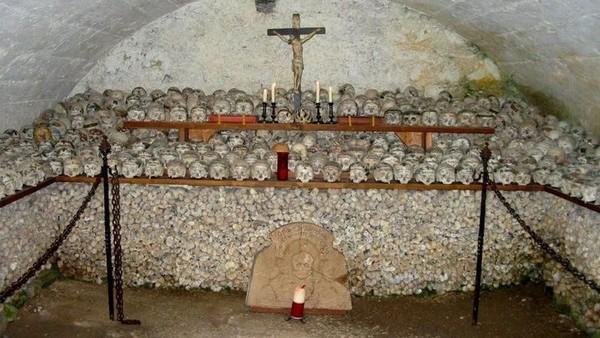 Bone Church di Hallstatt, Austria. Ada tengkorak-tengkorak yang ditulis, diberi label nama atau dilukis, tergantung dari keinginan keluarga dan gaya si almarhum. Ada juga tengkorak tanpa identitas. (hallstatt.net)