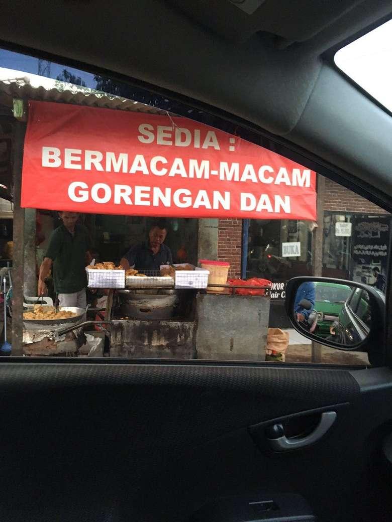 Berawal dari cuitan pengguna twitter dengan akun @erwinbimasakti yang memposting foto gambar spanduk penjual gorengan. Sedia : Bermacam-macam gorengan dan. Kalimat terputus inilah yang membuat netizen ramai mengedit spanduk ini. Foto: Twitter