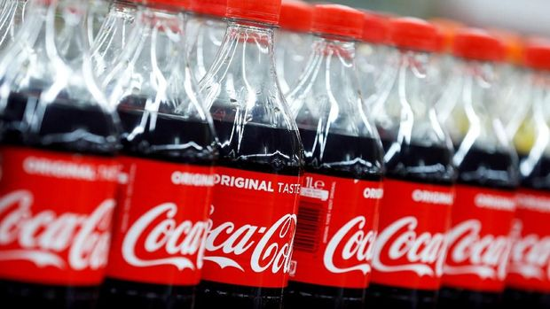 FILE PHOTO - Bottles of Coca-Cola are seen at a Carrefour Hypermarket store in Montreuil, near Paris, France, February 5, 2018.  REUTERS/Regis Duvignau/File Photo   GLOBAL BUSINESS WEEK AHEAD