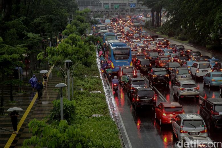 Hujan Lebat Disertai Petir Terjadi di Jakarta Pagi Ini