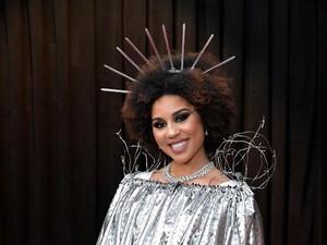 Cari Atensi, Penyanyi Ini Pakai Kostum Tembok Perbatasan di Grammy 2019
