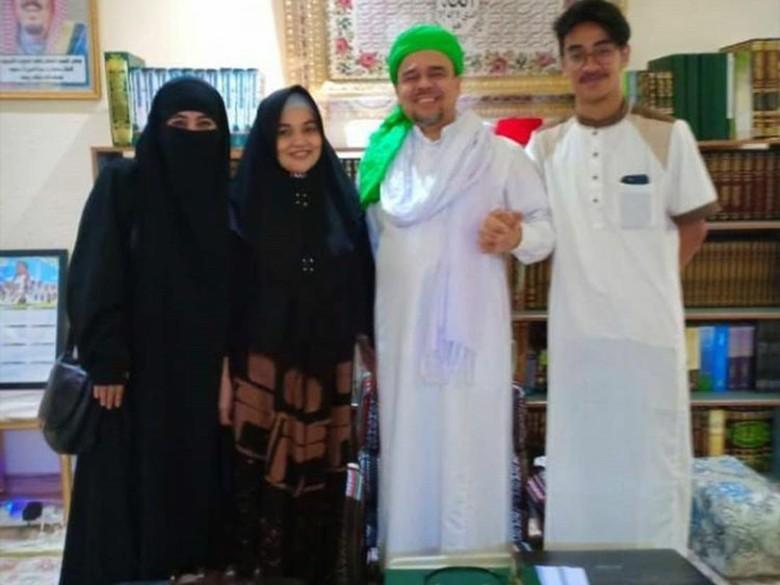 Deretan Artis yang Pernah Bertemu dan Foto Bareng Habib Rizieq di Mekkah