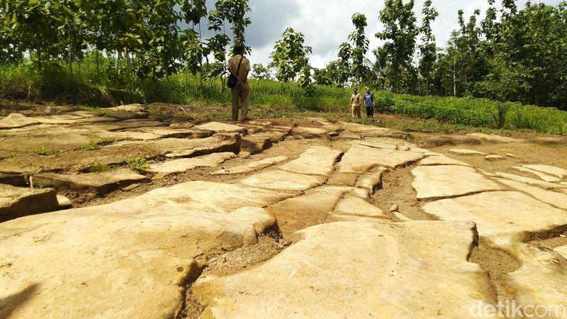 Batu Ngampar ditemukan tahun 2016, terkubur dengan kedalaman 50-100 cm. Warga menemukannya saat menggali pondasi rumah (Dadang Hermansyah/detikTravel)