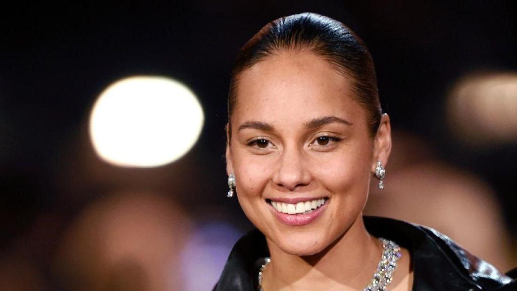 Lihat Menakjubkannya Wajah Alicia Keys Walau Minim Makeup di Grammy 2019