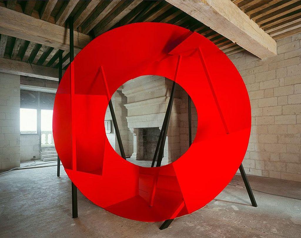 Seperti gambar ini, seolah diberikan sentuhan warna merah berbentuk O. Foto: Georges Rousse