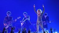 Saat tampil di Las Vegas, Lady Gaga pun ngamuk dan memaki para fans yang menyebut dirinya menjalin hubungan bersama Bradley Cooper.Kevork Djansezian/Getty Images