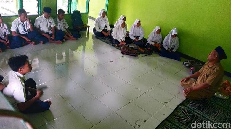 Atap Ambruk, Siswa MTs di Mojokerto Belajar di Teras dan Musala