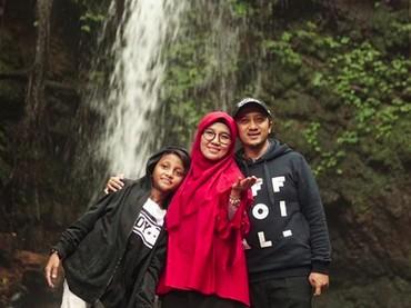 Yusuf Mansur juga senang mengajak keluarganya pergi ke wisata alam. Kali ini bersama istri dan Kun.