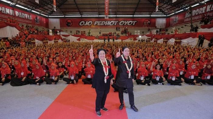 Ketua Umum PDIP Megawati Soekarnoputri berswafoto bersama Ketua DPP PDIP Puan Maharani saat acara Jambore kader Komunitas Juang PDI Perjuangan di Purwokerto, Banyumas, Jawa Tengah, Minggu (10/2). Dalam orasinya, megawati mengancam kadernya jika terdapat penyebar hoax agar segera angkat kaki dan keluar dari pdip.
