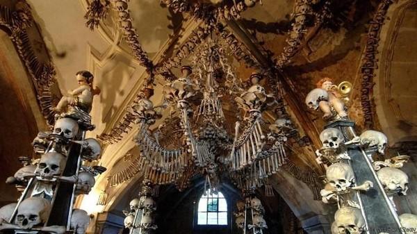 The Bone Church alias Sedlec Ossuary. Kapel ini berada di Kutna Hora, Republik Ceko. Kapel ini dihiasi 40 ribu tulang-belulang manusia! (Michal Cizek/BBC Travel)