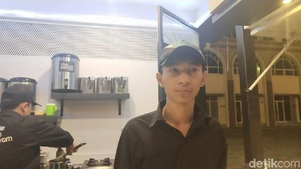 Wawan salah satu penjaga kios Chapayom di food court Pulau D reklamasi atau Pantai Maju