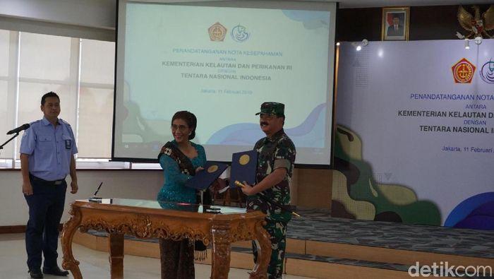Menteri Kelautan dan Perikanan Susi Pudjiastuti dan Panglima TNI Marsekal Hadi Tjahjanto (Ibnu Hariyanto/detikcom)