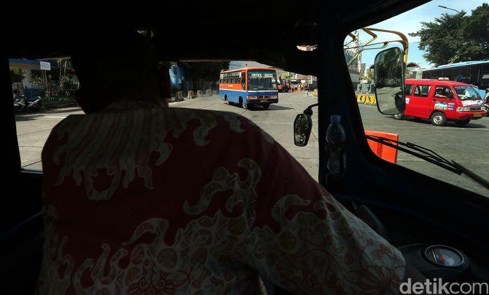 Metromini dan Kopaja kini semakin tak diminati, apalagi sejak ada ojek online dan bus TransJakarta yang mengaspal di trayeknya.