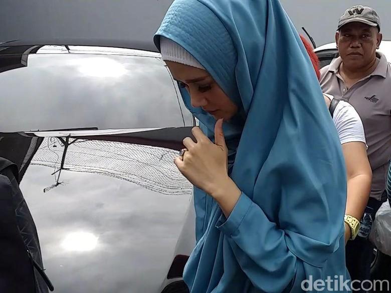 Tidak Balik ke Jakarta, Mulan akan Hadir di Sidang Kedua Dhani