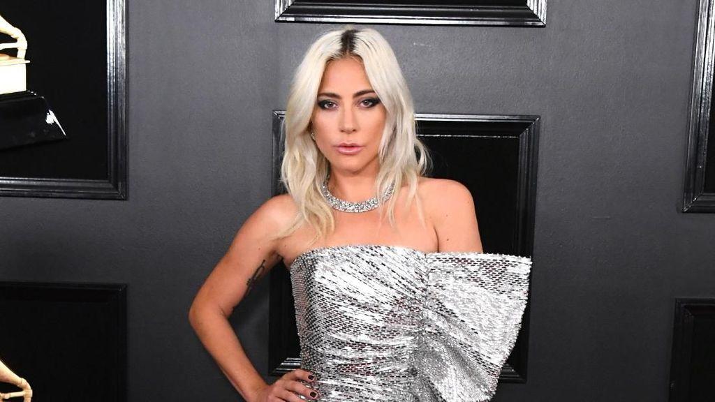 Pose di Red Carpet Grammy, Lady Gaga dan J.Lo Nyaris Ciuman