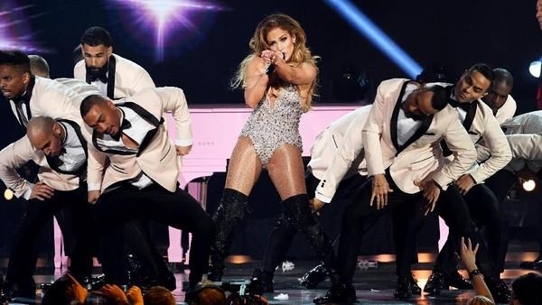 Menolak Tua! Jennifer Lopez Enerjik Goyang di Panggung Grammy