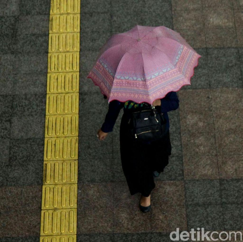 BMKG Prediksi Jakarta Diguyur Hujan Disertai Kilat Siang Nanti