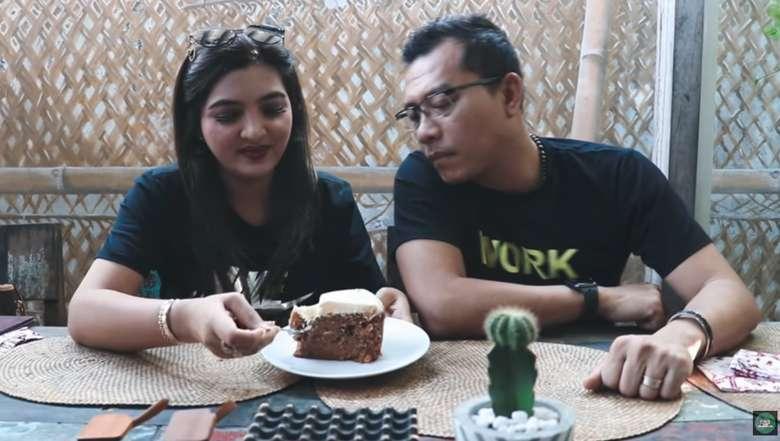 Mampir ke Biku Restoran di Seminyak, Bali. Anang dan sang istri menikmati dessert kesukaan yaitu Pavlova dan carrot cake. Foto: YouTube The Hermansyah A6