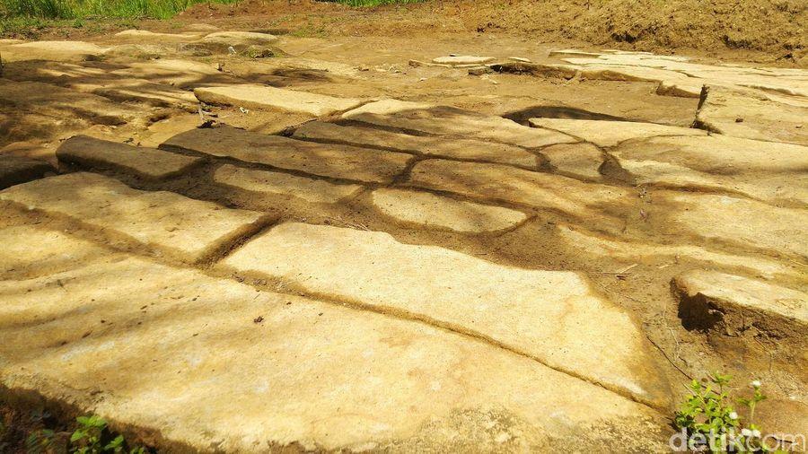 Bebatuan ajaib itu ada di Batu Ngampar. Lokasinya ada di Pasir Goong Cibadak, Banjarsari, Ciamis (Dadang Hermansyah/detikTravel)