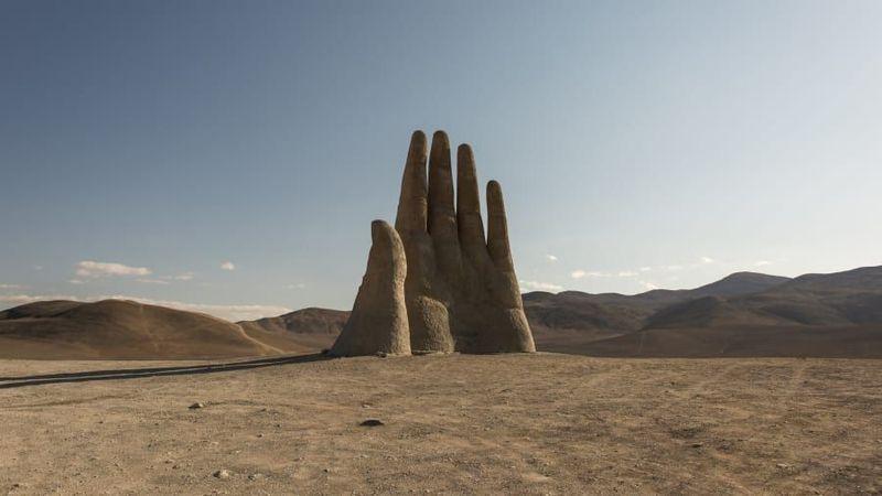 Patung ini memiliki tinggi 11 meter dan terbuat dari besi dan semen. Patung ini untuk mengingat jasa para korban rezim militer di Chile. (Plan South America via CNN Travel)