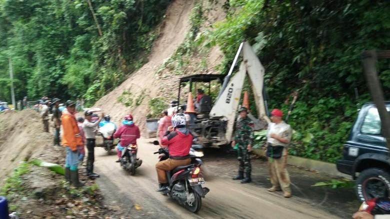 Sempat Tertutup Longsor, Jalan Sumsel-Bengkulu Sudah Bisa Dilalui