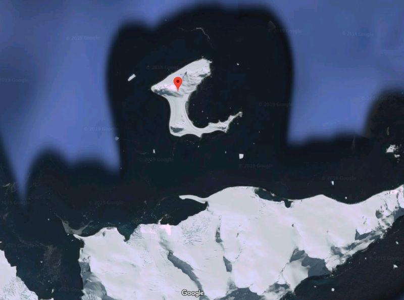 Seperti namanya, Half Moon Island berbentuk seperti bulan sabit. Kamu bisa melihatnya melalui Google Maps (Google Maps)