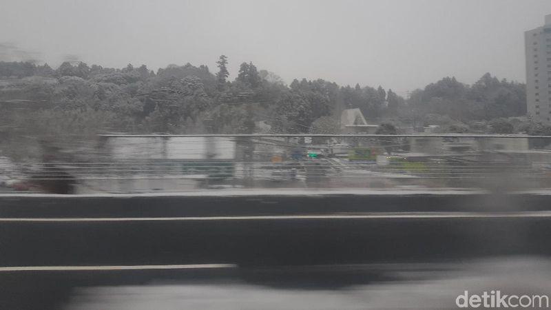 Kata, Fumio Ito, pemandu wisata Jepang, hujan salju mulai turun di Tokyo pukul 06.00 pagi. Sudah 3-4 kali turun salju di tahun ini (Bonauli/detikTravel)