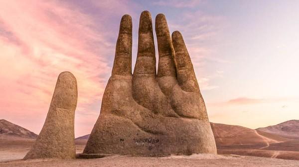 Ini adalah karya seniman Mario Irareazabal. Dia menamakan patung ini The Hand of Desert atau Mano del Desierto. (Plan South America via CNN Travel)