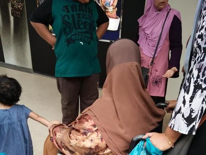 Wanita berkursi roda ini dilarang masuk toko. Foto: Dok. Facebook Rozita Othman