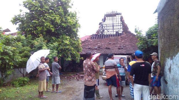 Salah satu rumah yang rusak akibat angin kencang di Kudus.