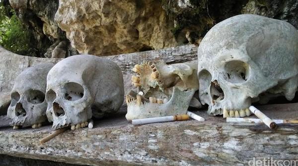 Di Desa Kete Kesu, Toraja, tulang-belulang leluhur bisa dilihat di pinggir bukit. Tengkorak akan diletakkan di berderet di atas peti. Sesuai dengan urutan keluarga. (Melissa Bonauli/detikTravel)