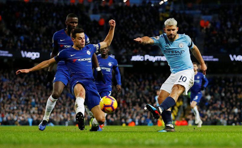 Aguero membuat asa Manchester City tetap terjaga sekaligus membuat Chelsea menderita. Aguero mencetak 3 gol dalam kemenangan Manchester City 6-0 atas Chelsea, Minggu (10/2) di Etihad Stadium (Reuters)