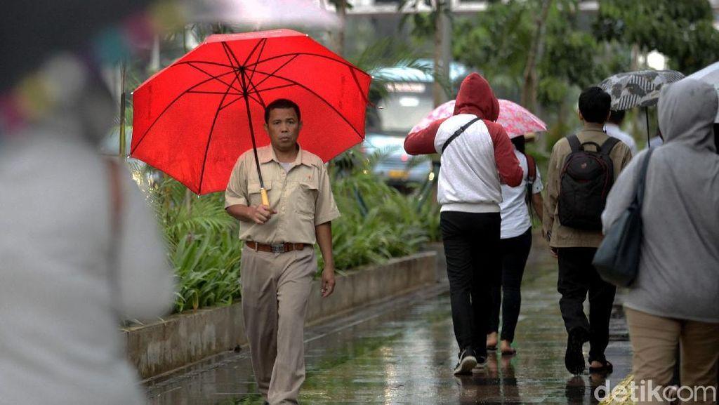 Hujan Disertai Petir Diprediksi Landa 4 Wilayah di Jakarta