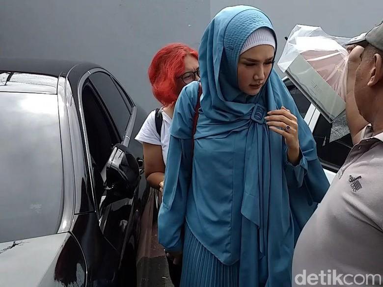 Mulan Jameela Langsung ke Surabaya usai Dengar Ahmad Dhani Sakit