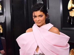 Umumkan Sudah Sembuh, Kylie Jenner Pamer Perut Rata
