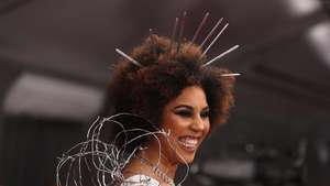Billie Eilish di AMAs: Baju Anti-Lebah, Bakar Panggung dan Bawa Piala