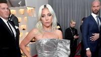 Lady Gaga memilih tampil senada dengan Dua Lipa yakni dalam balutan dress silver.Neilson Barnard/Getty Images for The Recording Academy