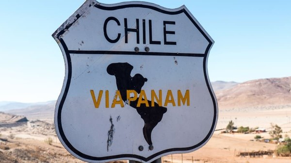 Meski berada di tengah gurun, patung ini hanya 350 meter dari jalan raya Route 5 yang menghubungkan Gurun Atacama bagian utara dan selatan. Gurun ini merupakan salah satu yang terbesar di dunia. (Mano del Desierto via CNN Travel)