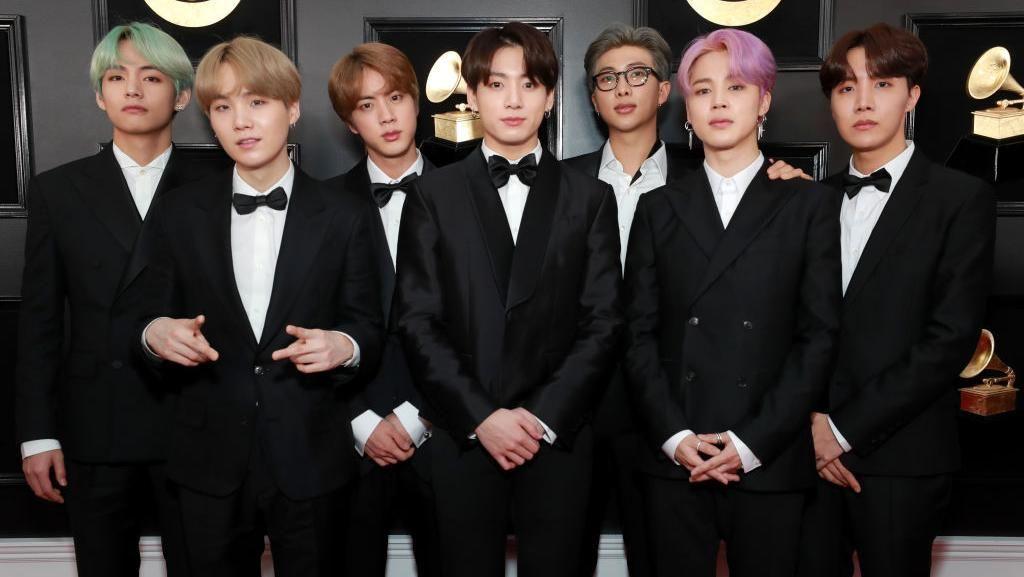 Foto: Gaya Formal BTS Pakai Setelan Jas Desainer Korea di Grammy Awards