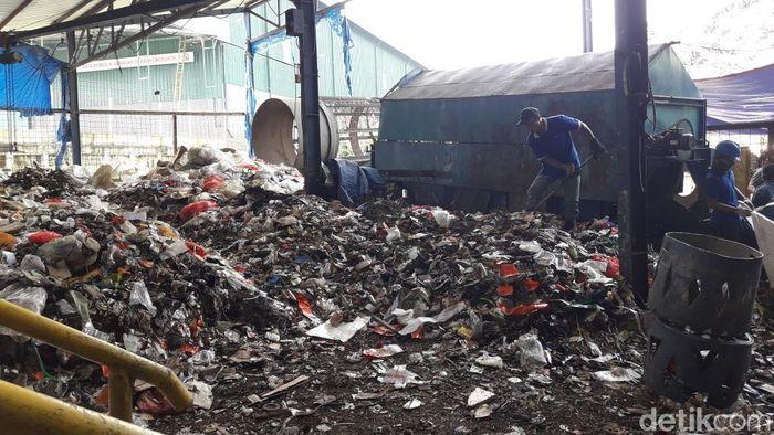 Foto: Pemkot Bekasi uji coba Pembankit Listrik Tenaga Sampah (PLTSa) Sumur Batu. (Isal-detikcom)