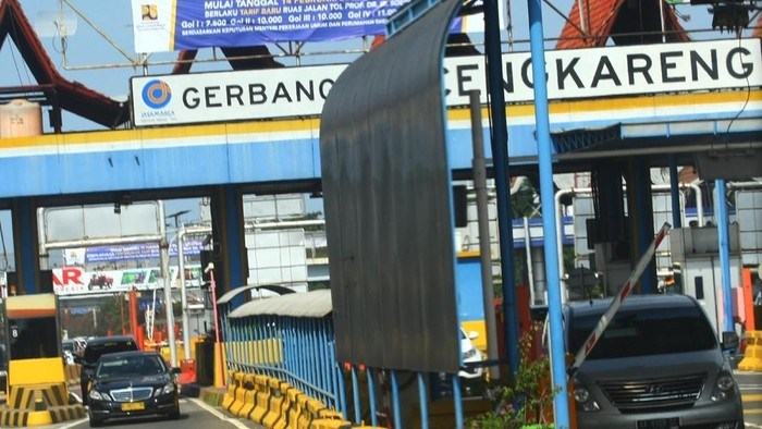 Sejumlah pengendara kendaraan melintas di gerbang Tol Cengkareng, Cengkareng, Jakarta, Selasa (12/2/2019). Badan Pengatur Jalan Tol (BPJT) lewat PT Jasa Marga (Persero) Tbk melakukan penyesuaian tarif Tol Sedyatmo atau Tol Bandara Soekarno-Hatta dengan kenaikan antara Rp500 hingga Rp1500 untuk kendaraan Gol I dan Gol II, untuk kendaraan Gol IV dan V mengalami penurunan dari Rp1500 hingga Rp4000 yang kesemuanya berlaku mulai Kamis (14/2/2019). ANTARA FOTO/Muhammad Iqbal/wsj.