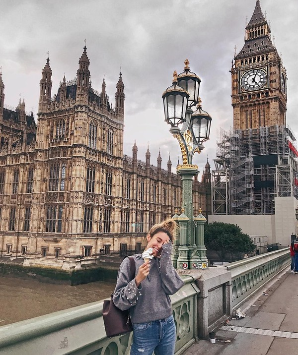 Makan es krim di kawasan Big Ben Tower, London. (hellofashionblog/Instagram)
