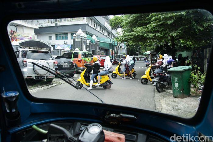Para pelajar menggunakan jasa Migo e-Bike di Jakarta, Selasa (12/2).