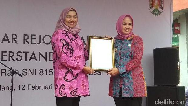 Wakil Wali Kota Magelang Windarti Agustina menerima sertifikat SNI.