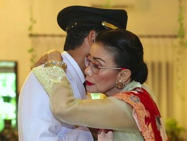 Pelukan hangat Mien Uno untuk Sandi beberapa waktu lalu ketika masih menjabat sebagai wakil gubernur DKI Jakarta. (Foto: Instagram @sandiuno)