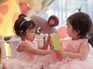 Nggak cuma jadi tuan putri,Raqeema juga asyik bermain dengan temannya. (Foto: Instagram @eva_anindita_zachrie)