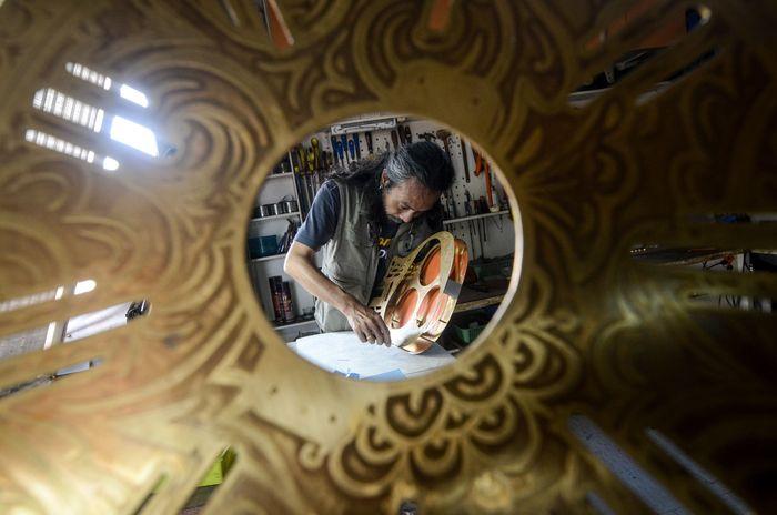 Ivan (46) merupakan seorang luthier atau ahli perbaikan dan pembuatan alat musik senar yang membuka bengkel gitar bernama iVee di Cibeureum, Cimahi, Jawa Barat, Selasa (12/2/2019).